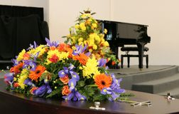 begrafeniskist in een lijkwagen of een kapel of begrafenis bij begraafplaats stock foto
