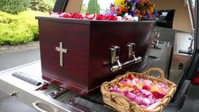 begrafeniskist in een lijkwagen of een kapel of begrafenis bij begraafplaats royalty-vrije stock afbeeldingen