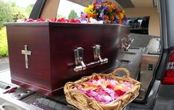 begrafeniskist in een lijkwagen of een kapel of begrafenis bij begraafplaats royalty-vrije stock foto