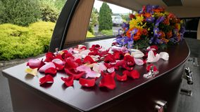 begrafeniskist in een lijkwagen of een kapel of begrafenis bij begraafplaats stock foto's