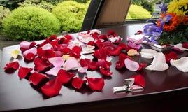 begrafeniskist in een lijkwagen of een kapel of begrafenis bij begraafplaats stock afbeeldingen