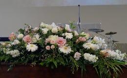 begrafeniskist in een lijkwagen of een kapel of begrafenis bij begraafplaats royalty-vrije stock foto's