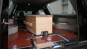 begrafeniskist in een lijkwagen of een kapel of begrafenis bij begraafplaats royalty-vrije stock afbeelding
