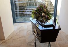 begrafeniskist in een lijkwagen of een kapel of begrafenis bij begraafplaats royalty-vrije stock fotografie
