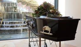 begrafeniskist in een lijkwagen of een kapel of begrafenis bij begraafplaats stock fotografie