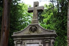 Begrafeniskluis in de begraafplaats, een groot steenkruis, het beeld van Jesus op de begrafeniskluis royalty-vrije stock foto