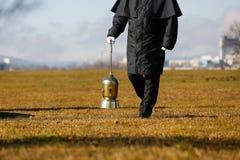Begrafenisondernemer die een urn met as van veraste mens dragen royalty-vrije stock fotografie