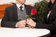 Begrafenisondernemer met cliënt het troosten en het adviseren Stock Fotografie