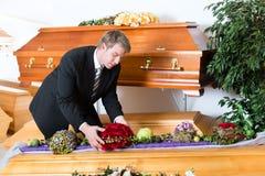 Begrafenisondernemer in zijn opslag Stock Afbeelding