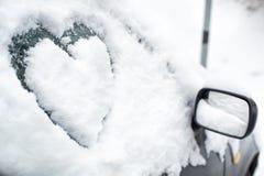 Begraven door sneeuwauto met hart op zijruit royalty-vrije stock afbeeldingen