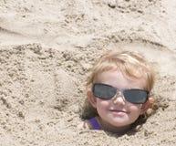 Begraven in het zand Stock Foto's