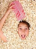 Begraven in popcorn Stock Foto's