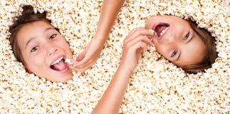 Begraven in popcorn Royalty-vrije Stock Foto's