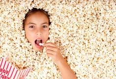 Begraven in popcorn royalty-vrije stock fotografie