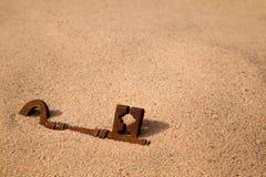 Begraven sleutel stock foto's
