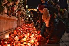 Begravning av konungen Mihai, tusentals rumänskt som komms till skrikkonungen Michael I Arkivbilder