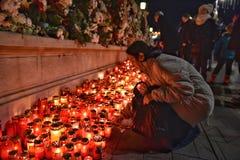 Begravning av konungen Mihai, tusentals rumänskt som komms till skrikkonungen Michael I Royaltyfri Fotografi