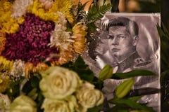 Begravning av konungen Mihai, tusentals rumänskt som komms till skrikkonungen Michael I Arkivbild