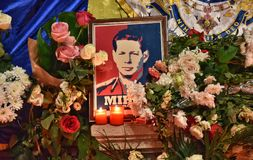 Begravning av konungen Mihai, tusentals rumänskt som komms till skrikkonungen Michael I Royaltyfria Bilder