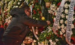 Begravning av konungen Mihai, tusentals rumänskt som komms till skrikkonungen Michael I Arkivfoto