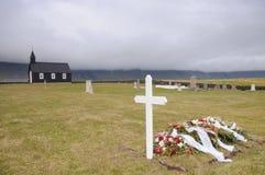 Begravning i svart träkyrka i Island royaltyfria bilder