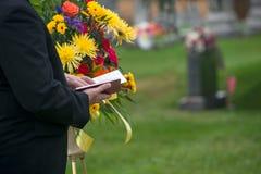 Begravning jordfästningservice, död, sorg royaltyfri bild