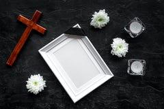 begravning Modell av ståenden av det avlidet, av den döda personen Ram med det svarta bandet nära blommor, stearinljus och kors p royaltyfri foto