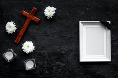 begravning Modell av ståenden av det avlidet, av den döda personen Ram med det svarta bandet nära blommor, stearinljus och kors p arkivfoto