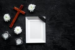 begravning Modell av ståenden av det avlidet, av den döda personen Ram med det svarta bandet nära blommor, stearinljus och kors p arkivbilder