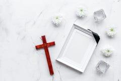 begravning Modell av ståenden av det avlidet, av den döda personen Ram med det svarta bandet nära blommor, stearinljus och kors p fotografering för bildbyråer