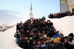 Begravning och jordfästning av lavinen för nio familjemedlemmar tack vare - Dragash Royaltyfria Foton