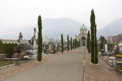 Begravnings- arkitektur i den Lugano kyrkog?rden fotografering för bildbyråer