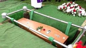 begravnings- casket i en likvagn eller ett kapell eller jordfästning på kyrkogården arkivfilmer