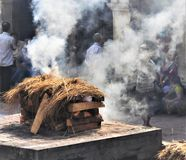 Begravnings- ceremoni Lingamsen i den Pashupatinath templet i Katmandu arkivfoto