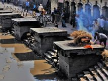 Begravnings- ceremoni Lingamsen i den Pashupatinath templet i Katmandu royaltyfria bilder