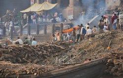 begravnings- india varanasi arkivfoton