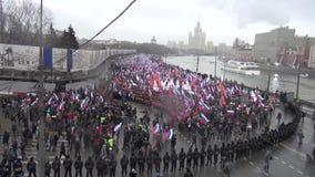 Begravnings- mars av oppositionminnet av den mördade politikern Boris Nemtsov stock video