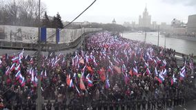 Begravnings- mars av oppositionminnet av den mördade politikern Boris Nemtsov lager videofilmer