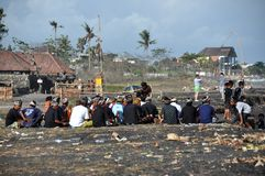 Begravnings- procession på den Sanur stranden på Bali arkivbilder