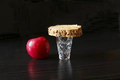 Begravnings- stilleben med ett exponeringsglas av vodka, äpple och bröd Fotografering för Bildbyråer