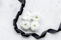 Begravnings- symboler Vit blomma nära svart band på utrymme för kopia för bästa sikt för vitstenbakgrund arkivbilder