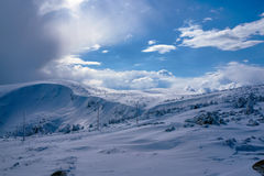 Begravt i snö som fotvandrar slingan royaltyfri foto