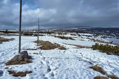 Begravt i snö som fotvandrar slingan i bergen royaltyfri foto