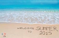 Begrüßen Sie zum Sommer 2015, der auf einen tropischen Strand geschrieben wird Lizenzfreie Stockfotografie