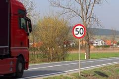 Begrenzung der Geschwindigkeit des Verkehrs zu 50 km/h Verkehrsschild auf der Autobahn Sicherheit des Verkehrs Bewegungstransport lizenzfreie stockfotos