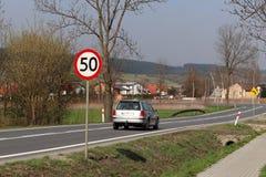 Begrenzung der Geschwindigkeit des Verkehrs zu 50 km/h Verkehrsschild auf der Autobahn Sicherheit des Verkehrs Bewegungstransport lizenzfreies stockbild