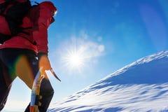 Begrepp: övervinn utmaningar Bergsbestigaren vänder mot en klättring på ten royaltyfria bilder