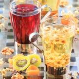 Begrepp av örtte Variation av örttar i exponeringsglas rånar Hea fotografering för bildbyråer