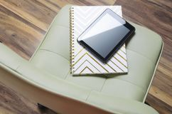 Begrepp av affärsmötet och tom stol Anteckningsbok och minnestavla på den mötande stolen royaltyfria bilder