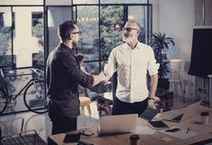 Begrepp av affärspartnerskaphandskakningen För businessmanshandshaking för foto två process Lyckat avtal efter stort möte arkivfoto